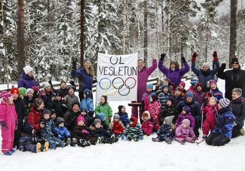 Heiste OL-fanen: Små og store i Vesletun barnehage klare for OL 2018.