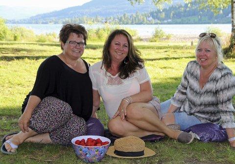 TRIVES I HURDAL: Bente Sørgård, Anita Guttersrud og Trine Engdal har bodd nesten hele livet i Hurdal. På minussiden kommer mangel på busser og tog. FOTO: kjell aasum