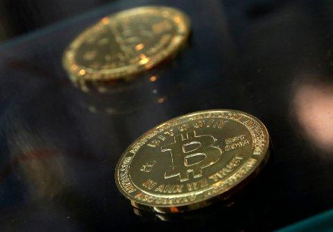 STOR INTERESSE: Samtidig som Bitcoin-kursen har skutt i været har nordmenns interesse for kryptovalutaen økt, og i 2017 har Google både sett en stor økning i søkene på «hva er bitcoin» og «hvordan kjøpe bitcoin». Foto: Kin Cheung (AP)