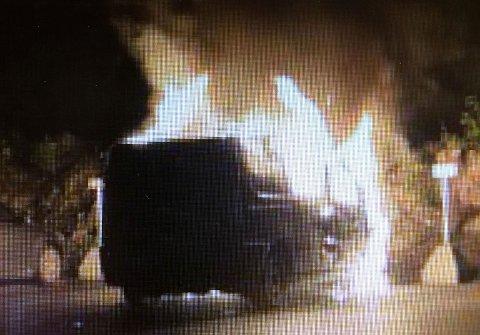 BILBRANN: Denne bilen sto i brann natt til 10 september i Orreveien på Løvenstad. Politiet mistenker at den er påsatt. FOTO: POLITIET