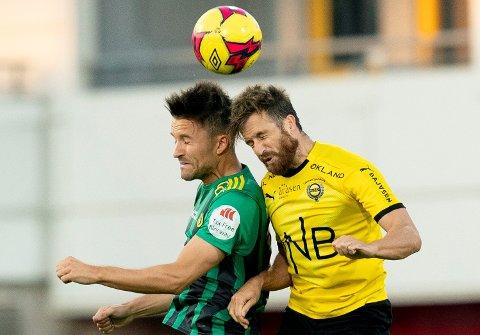 TETT DUELL: Her er LSKs Aleksander Melgalvis (t.h) i duell med Ull/KIsas Stian Ringstad under sesongens første kamp mellom de to klubbene.