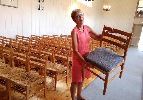 BYTTES UT: Gro Marit Auke håper mange dukker opp på dugnad for å klippe opp ut den gamle hyssingen slik at det nye blå tekstiltrekket kan legge på stolene.