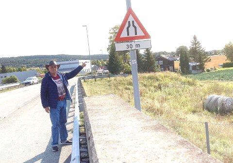 UTDATERT: Allan Lassen ber fylkeskommunen ta tak i utdaterte skilt i Sande, som dette på fylkesvei 3250.