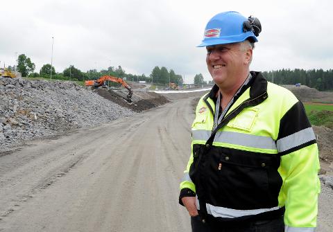 GLEDER SEG: Marthinsen & Duvholt skal gjennomføre grunnarbeidet på den nordlige parsellen av ny jernbanetrasé fra Nykirke til Barkåker i Vestfold. Her Frank Duvholt, administrerende direktør.