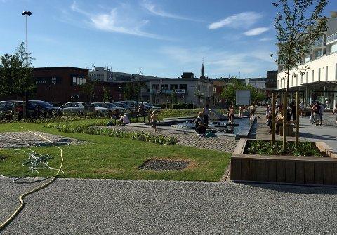 BADETØY: Flere av foreldrene hadde tatt med badetøy til barna. Den nye dammen i Thor Dahls gate fungerte som basseng for de minste. FOTO: Vibeke Bjerkaas