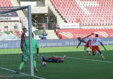 De lyseblå var det beste laget i Fredrikstad, men det var tidligere Sandnes Ulf-spiller Mads Nielsen som fikk æren av å score det avgjørende målet i plankebyen.