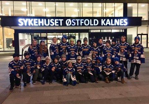 STORE HJERTER: Hockeyspillerne på Sparta U12 har samlet inn mye penger til barneavdelingen på Kalnes. De unge spillerene har i flere år også vært involvert i Hockey mot kreft.