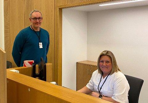Klinikksjef Volker Solyga og operatør Heidi Olsen forklarer at dersom det registreres forhøyet temperatur hos noen som ankommer sykehuset, vil de bli tatt til side og få en ordinær febersjekk ved hjelp av øretermometer.