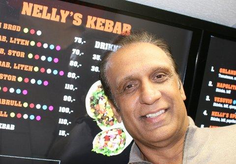 LANG FARTSTID: Innehaver Azmat Pervez tror at kebabsausen er en av suksessfaktorene til deres gode rykte. Pervez har servert kebab fra Nellys Gatekjøkken på Greåker siden 1989.