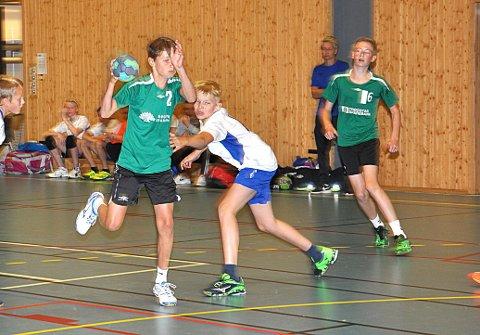 MÅ IKKE VELGE: HK Trøgstad G13-spiller Daniel Enger Kreppen trenger ikke velge mellom håndball og fotball. Det skal være mulig å kombinere begge idretter.