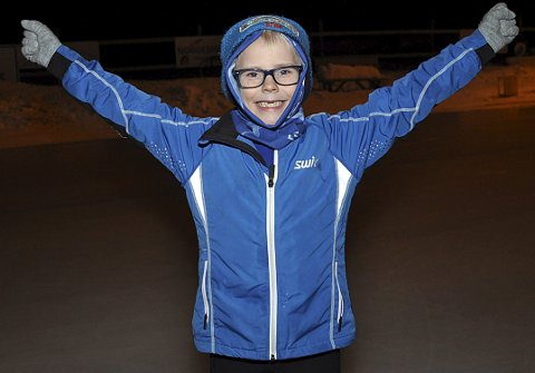 KOSTE SEG: – Isen er veldig glatt, men det er moro å gå på skøyter, sa en jublende glad Andreas Ruud Novak (6), som var en av hele 32 barn som stilte opp i serieløpet på Båstadbanen torsdag kveld.