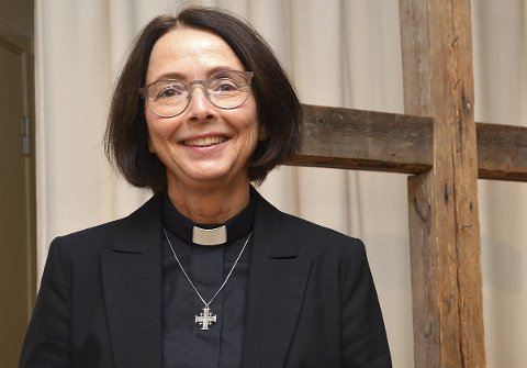 GLEDER SEG: – Jeg gleder meg til å ta fatt på oppgaven som ny pastor i Smaalenene frikirke, sier den nå Spydeberg-bosatte Hilde Margrethe Sæbø (59) under innsettelsesseremonien i menighetenes lokaler på Høytorp fort.