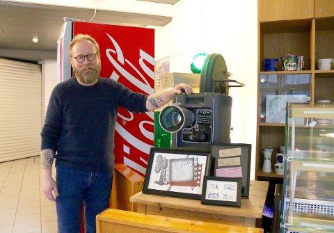 NYE TIDER: Den gamle framvisaren, ein Philips Junior FP3 er no for klenodium å rekna. Nytt digitalt utstyr har gjort sitt til at kinostyrar Øyvind Hamre har sett ei monumental auke i besøkstala sidan 2011. (Foto: Hanne Stedje)