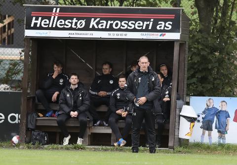 Viggo Mølstre (stående) er ikke lenger hovedtrener til Havdur. Nå er klubben på trenerjakt.