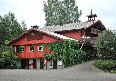 Fossekroa: Hovedbygget, som rommer bolig, to utleiedeler og kafeteria- og selskapslokaler er opprinnelig fra 1962, men er senere påbygd.