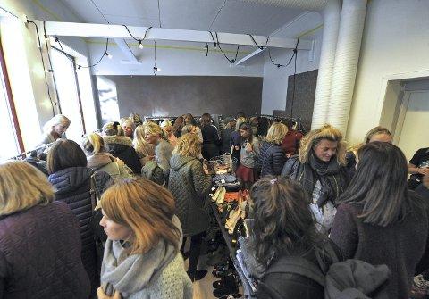 Fullt hus: Mange lette etter bruktkupp i popupbutikken. FOTO: Hanna Hekkelstrand