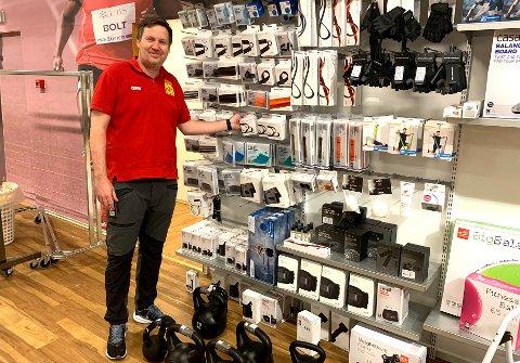 OPPSVING: Beha sport økte inntektene med flere millioner i fjor. Her daglig leder Espen Hagen i butikken.