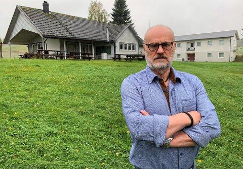 Arne Rugstad har sterk tilknytning til Hanes feriekoloni, ettersom hans foreldre, Laila og Jan, la ned tusenvis av timer på stedet. Han er mildt sagt forbannet over avviklingen.