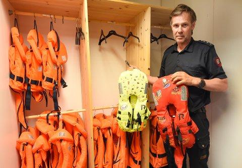 TIL UTLEIE: Hallgeir Jamtveit ved Notodden brann- og feiervesen minner om viktigheten av redningsvest for både barn og voksne. Det er bedre å leie en vest på brannstasjonen enn å ta sjansen i båt.