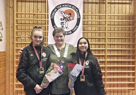 ORDFØREREN GRATULERTE: Ordfører Ingunn Oldervik Golmen gratulerte Mari Nilsen (til venstre) og Kristine Xiao Ulfsnes med flott innsats i NM.