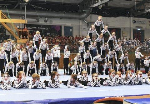 Høyt oppe: Kristiansunds Turnforening hadde en oppvisning som var både høytflygende og spektakulær. 450 gymnaster var samlet i Braatthallen lørdag og søndag.