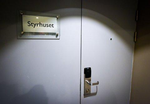 Innenfor disse lukkede dørene, i en pause i styremøtet, ble beslutningen om framtidig sykehuisstruktur på Helgeland i realitetene tatt, mener redaktørene i Rana Blad og Nordlys..