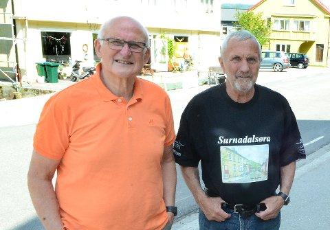 Lars Sæter (t.v.), leder i Surnadalsøra velforening, Martinus Grimsmo (t.h.), leder i martnadskomiteen, har sett seg nødt til å avlyse årets Øramartnad. Bildet er tatt i forbindelse med fjorårets arrangement.