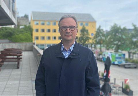 Kommuneoverlege i Kristiansund kommune, Askill Sandvik, mener regjeringens avgjørelse om å prioritere lærere og barnehageansatte i vaksinekøen er fornuftig. Derimot forteller han at det blir umulig å fullvaksinere alle i Kristiansund innen skolestart til høsten.