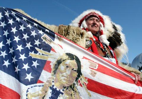 INDIANER: Slik kan en moderne opprinnelig amerikaner se ut. I dette tilfellet er det en mann som under ski-VM i Obersdorf for 12 år siden kledte seg ut som en klassisk indianer.