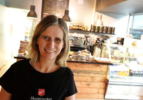 KAFFE OG KULTUR: Kristin Mackinnon i Frelsesarmeen ønsker velkommen til nok en vår med kultur i Skaperverket kulturkafé.