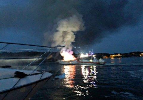 Både Redningsselskapets båt, Røde Kors båten, samt røykdykkere fra brannvesenet jobber med å slukke brannen.