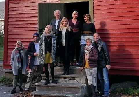 FIKK STÅ: De 25 leietakerne ved Olsgaard Atelierfellesskap jublet da de forsto at de ville beholde både stabburet og låven en lang stund framover.