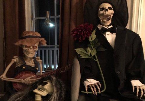 SKREMMENDE STOR FAMILIE: Hvert år flytter det inn nye medlemmer i skjelettfamilien.