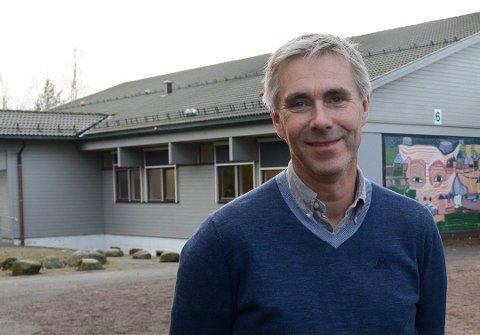 SPRENGT: Rektor Jan Erling Losnedal på Vear skole får enda en såkalt klasseromsmodul i skolegården. Det betyr at alle klassene på 10. trinn blir samlet i brakker.