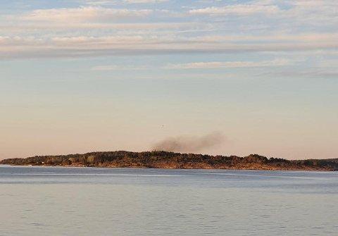 FLERE REAGERTE: Røyken var godt synlig fra flere vinkler, og førte til utrykning fra redningsskøyta RS Eivind Eckbo.