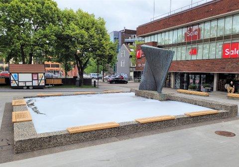 TILGRISET: Da Tønsbergs Blad var på stedet fredag morgen, var fontenen fremdeles full av skum.