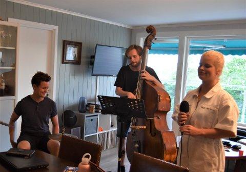 SOMMERSETH KVINTETT: Hjemme hos trommeslager Jacob Solheim øver Sommerseth kvintett til konsert. På bildet er tre av bandmedlemmene. Fra venstre: Jacob Solheim, Alf Høines og Karoline Sommerseth.