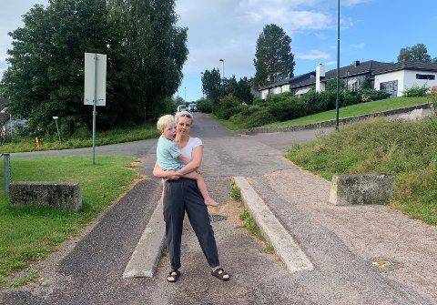 I PROBLEMET: Else Myhra Christensen sammen med sønnen foran busslusen som det daglig er flere bilister som kjører ulovlig over.