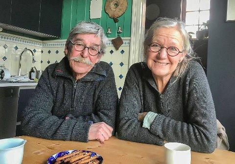 Sidsel Hanum og Arve Rønning setter pris på at folk er så positive til kronerullingen for å berge den kunstneriske utsmykningen ved Møllebekken.