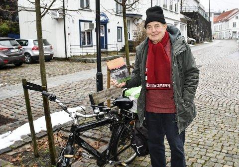 Ny bok: HC Hanssen er aktuell med boka «Ei sjel og ei skjorte». Den kan blant annet kjøpes av forfatteren hvis du treffer han i gata. Foto: Marianne drivdal