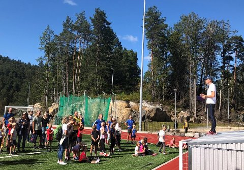 Opprop: Hans Einar Danielsen hadde ansvaret for arenaen for de minste. Rundt 40 barn under 9 år ville delta på Tvedestrandslekene i år.
