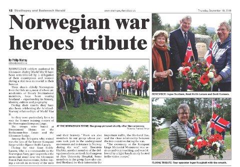 STERK STUND: Reisefølgets besøk til minnesteinen i Glenmore ble behørig dekket av lokalavisa Strathspey and Badenoch Herald.