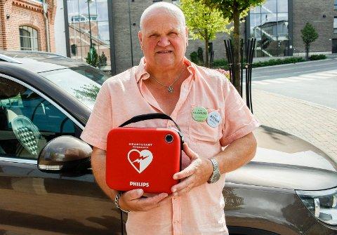 MED HJERTESTARTER: Rune Stenslette fikk hjertestarter i gave fra Sparebank 1 Ringerike Hadeland. Han håper han aldri får bruk for den, men synes det er en stor trygghet å ha den når trimgrupper skal arrangeres.