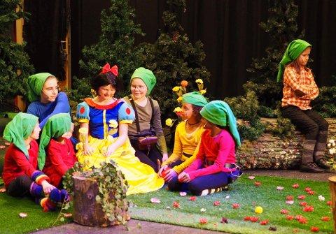 KLASSISK: Snehvit omgitt av de syv dvergene - og så blir det gjesteskuespill fra helt andre karakterer.