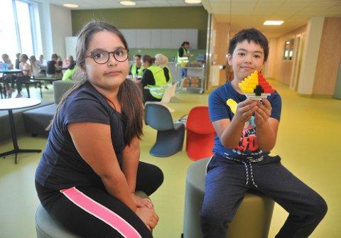 GAMLEKJENTE:Maria Klara Nagy (8) og Marcus Lüttich (8) kjenner hverandre fra Kirkeby og syntes det var godt å ha hverandre første dag i SFO på Elvetangen. Marcus viser fram en pokemon-ball han har bygd i lego.
