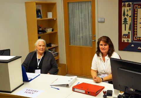 Marit Elisabeth Muñoz og Wivi Therese Hansen tar i mot velgere i valglokalet på biblioteket.