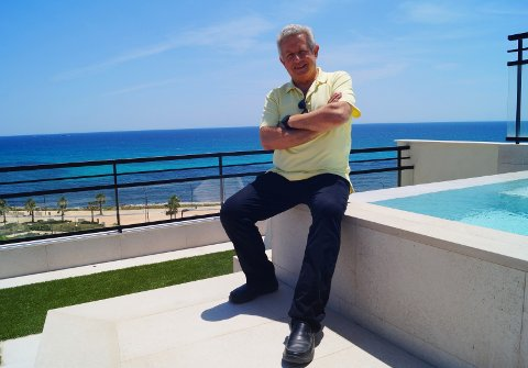 STARTER NYTT: Pablo Sbertoli liker best å ha litt å jobbe med. Derfor har han startet et nytt hotellkonsept i Villajoyosa i Spania.