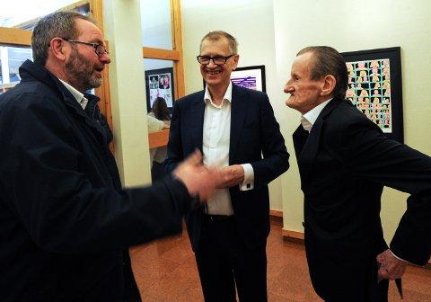 HJELPERE: Henning Nybakken (t.v.) lager rammer til Puswagners bilder og Steven Stray i midten er Pushwagners støttespiller