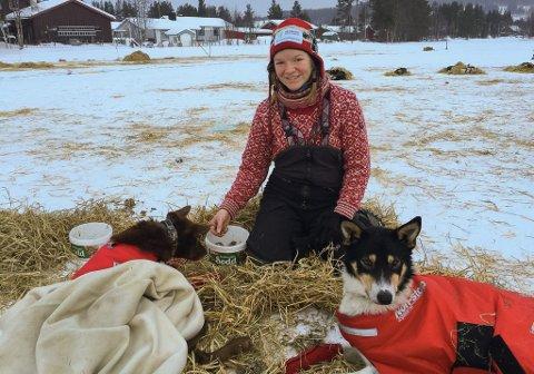 STREVDE MED MATLYSTEN: Sina Joten Søndmør prøvde å få i hundene mat på sjekkpunkt Tolga.