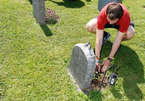 RIFT OM DRIFT: Det har vært rift blant Asker-ungdom om kommunens sommerjobber, blant annet som kirkegårdsarbeidere ved gravlunden på Østenstad. FOTO: ANETTE ANDRESEN